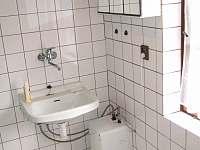 Koupelna v 1.posch. se sprchovým koutem, bojl., umyvadlem, WC, policí a zrcadlem - chalupa ubytování Hradec nad Moravicí