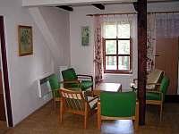 Obývací pokoj je vybaven balkónem s výhledem na vodu a 3 postelemi - chalupa k pronajmutí Hradec nad Moravicí