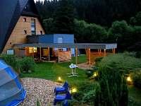 Zahrada s osvětlením, kryté sezení s možností grilování, vyhřívaný bazén, rybník