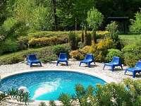 Zdarma neomezeně vyhřívaný bazén s protiproudem ( od května až do konce září )