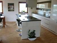 pohled ze vstupní haly na kuchňský kout
