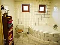 Koupelna pohled na vanu a WC - chata k pronajmutí Hradec nad Moravicí - Žimrovice