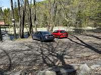 Parkoviště (250 m od objetku) a lávka vedoucí k cestičce k chatě. - Hradec nad Moravicí - Žimrovice