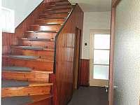 Chodba a schody do poschodí - pronájem chalupy Hukvaldy