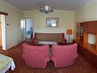 Obývací pokoj - pronájem chalupy Hukvaldy