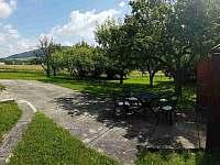 Venkovní posezení, zahrada - pronájem chalupy Hukvaldy