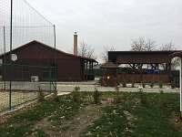 Hlavní budova s pergolou