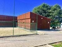 Volejbalové hřiště , budova v niž se nachází wellnes - vířivka , sauna