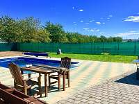 Výhled na bazén z pergoly