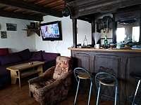 Bar a sezení u televize.