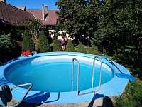 Pohled od bazénu - chalupa k pronájmu Hačky