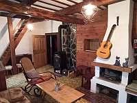 """Obyvací pokoj """"Hudební salón""""s podávacím okénkem z kuchyně - Budišov nad Budišovkou"""