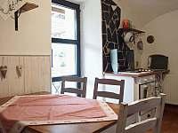Kuchyň v malé půlce - pronájem chalupy Kružberk