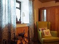 Obývací pokoj v malé půlce - chalupa k pronájmu Kružberk