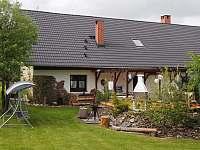 Zadní terasa - chalupa k pronajmutí Kružberk