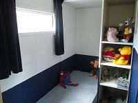 pokoj s postelí, dětský pokoj