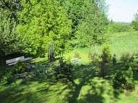 zahradní posezení u skalky