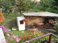 pohled na venkovní posezení pod pergolou