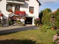 zahrada a dům - pronájem apartmánu Bělkovice-Lašťany