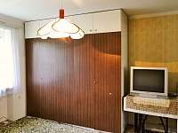 první pokoj - opravdu velká skříň a TV - Mladeč
