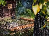 Ohnisko s drevárničkou v pozadí - pronájem chaty Lučivná - Lopušná Dolina