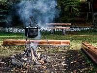 Ohnisko s kotlíkom na guláš - chata ubytování Lučivná - Lopušná Dolina