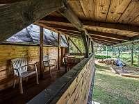 Vonkajšia terasa na poschodí so stolom a stoličkami - chata ubytování Lučivná - Lopušná Dolina