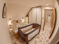spálňa č. 1 s detskou postieľkou - pronájem vily Stará Lesná