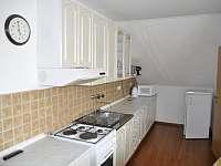červený apartmán kuchyňa