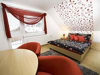červený apartmán spálňa