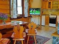 Obývacia izba s kuchynským kútikom a krbom - chata k pronajmutí Lubela - Liptov
