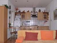 Obývacia izba s kuchynským a jedálenským kútom