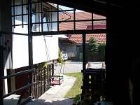 Pohľad z pergoly na prístrešok na auto,dvor a zahradku