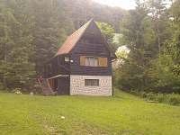 Chata sa nachádza v chatovej oblasti Čierny potok v Súľove-Hradná,Chata má samos