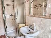 Drevenica Hybe ďalší záber na kúpelňu na prízemí -