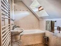 Drevenica Hybe kúpelňa ku spálni na poschodí II -