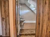 Drevenica Hybe kúpelňa ku spálni naľavo na poschodí -