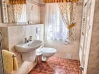 Drevenica Hybe kúpelňa patriaca spálni na prízemí - pronájem chalupy