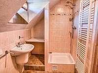 Drevenica Hybe kúpelňa pre spálňu napravo na poschodí -