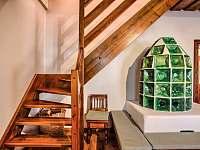 Drevenica Hybe schodisko z obývačky - chalupa k pronajmutí