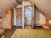Drevenica Hybe spálńa naľavo na poschodí záber na kúpelňu - pronájem chalupy