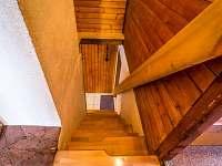 Apartmán pre 10 osôb, schody z obyvačky do izieb na spanie - chata k pronajmutí Demänovská dolina