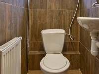 Toaleta s umyvadlem - pronájem chaty Mlynčeky