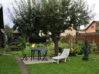 relax pod stromom v záhrade