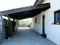 Parkovací kryté stání a hlavní vchod do domu - chalupa k pronajmutí Jablonná nad Vltavou
