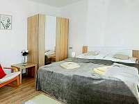 Pokoj 2 x manželská postel, noční stolek s lampičkou, křeslo, židle, stolek TV - pronájem chalupy Jablonná nad Vltavou