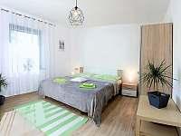 Pokoj 2 x manželská postel, skříň a křeslo, stolek , TV - chalupa k pronajmutí Jablonná nad Vltavou