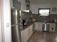 Sdílená kuchyň s jídelním koutem - pronájem chalupy Jablonná nad Vltavou