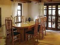 jídelní stůl - pronájem chaty Sýkořice