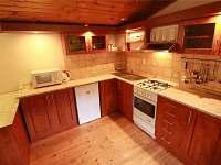 vybavená kuchyňská linka - pronájem chaty Sýkořice